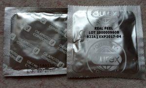 Индивидуальная упаковка презервативов Окамото и Дюрекс